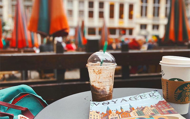 Koffie drinken op de grote markt